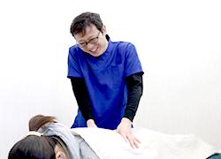 坂戸市めがね接骨院:腰痛の施術写真